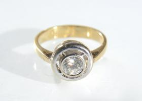Yellow gold diamond solitaire with platinum border