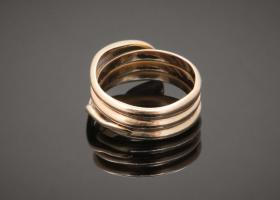 Serpent ring set with a diamond