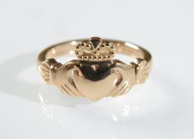 Contemporary 18kt rose gold Claddagh ring