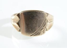 9kt yellow gold rounded square signet ring