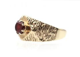 Chunky vintage synthetic ruby ring in 9kt yellow gold