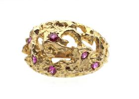 Contemporary modernist openwork dress ring in 9kt gold set with pink paste