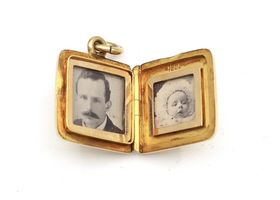 Victorian square locket in 18kt yellow gold