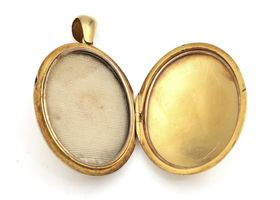 Victorian 15kt yellow gold oval locket