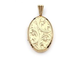 1967 chaised oval locket in 9kt yellow gold