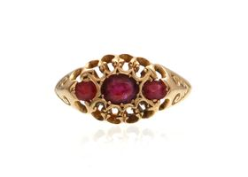 1904 three stone ruby ring in 18kt yellow gold